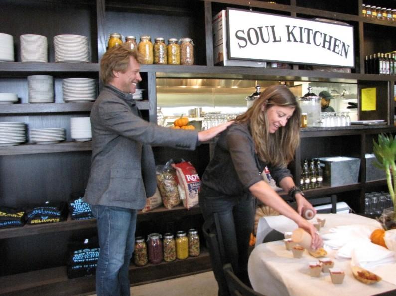 Jon-Bon-Jovi-Soul-Kitchen-restaurant-ristorante-simone-poli-wevux-solidarietà-comunità-rockstar-its-my-life-new-jersey-food-design-mealinkg-list-14